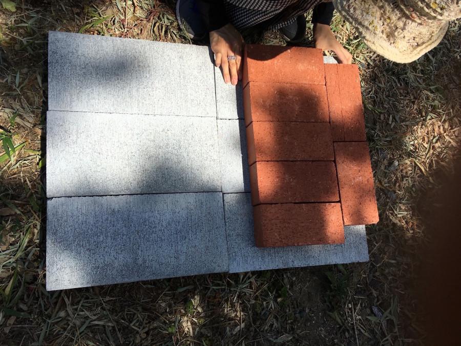 ブロックの上に、土台となるレンガを敷き詰めます。